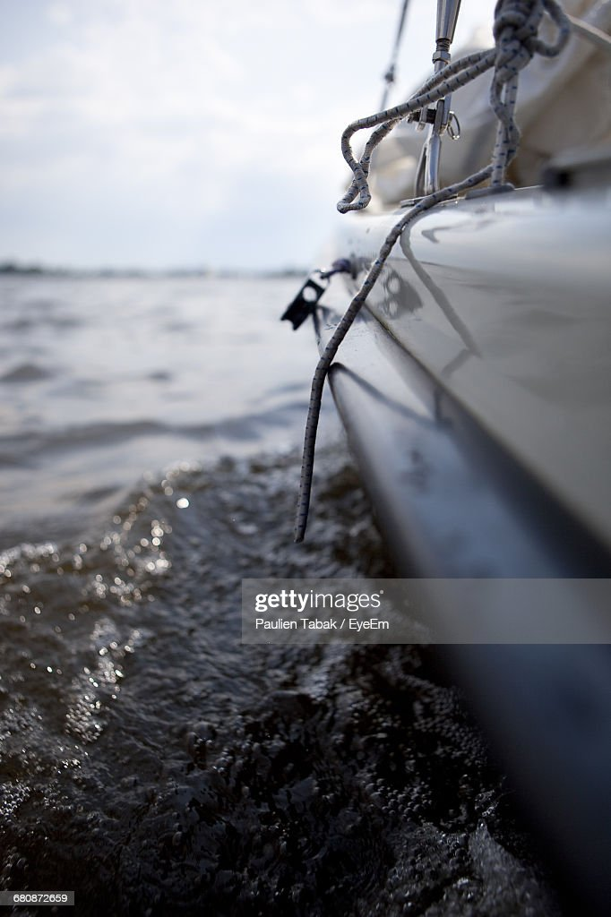 Close-Up Of Cropped Boat In River : Stockfoto