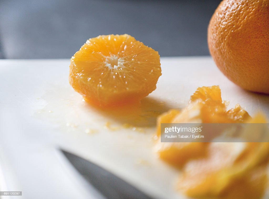 Close-Up Of Cropped Oranges On Table : Stockfoto