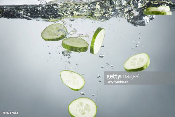 close-up of cucumber slices in splashing water - pepino fotografías e imágenes de stock
