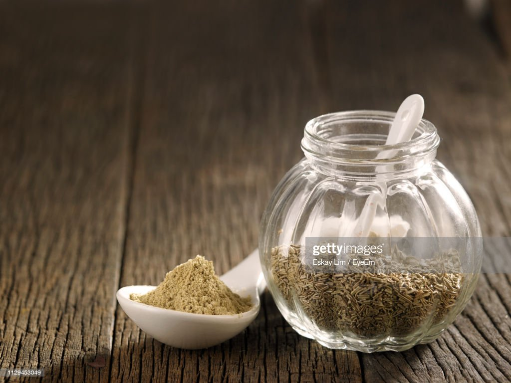 Close-Up Of Cumin Seeds In Glass Jar On Table : Foto de stock