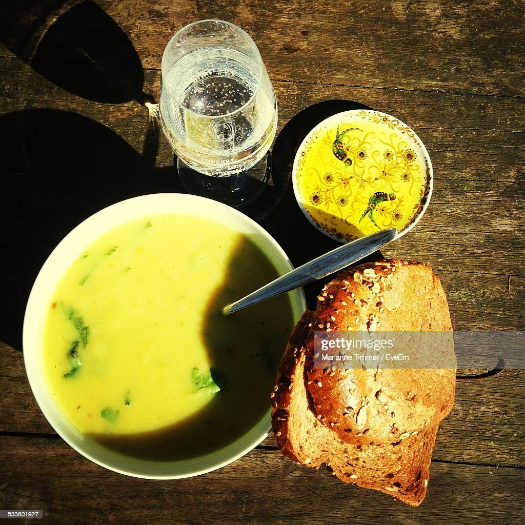 Close-Up Of Curry With Brown Bread On Table : Foto stock
