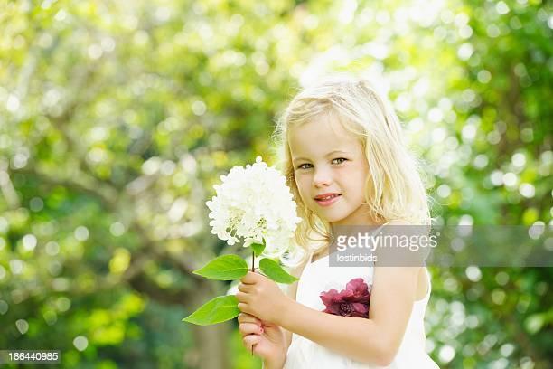 Close -up Of キュートな白人少女/ブライドメイドの庭園