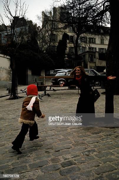 Closeup Of Dalida Dalida en compagnie de Luigi s'amusent dans le quartier de Montmartre
