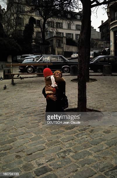 Closeup Of Dalida Dalida en compagnie de Luigi se promènent dans le quartier de Montmartre
