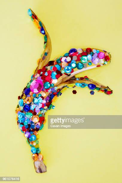 close-up of decorated banana on yellow background - skin diamond photos et images de collection