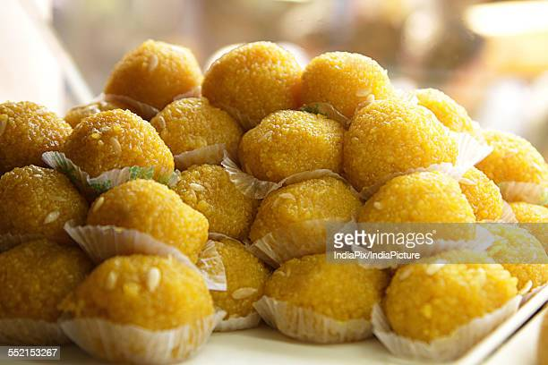 close-up of delicious boondi ke ladoo on display - mets sucré photos et images de collection
