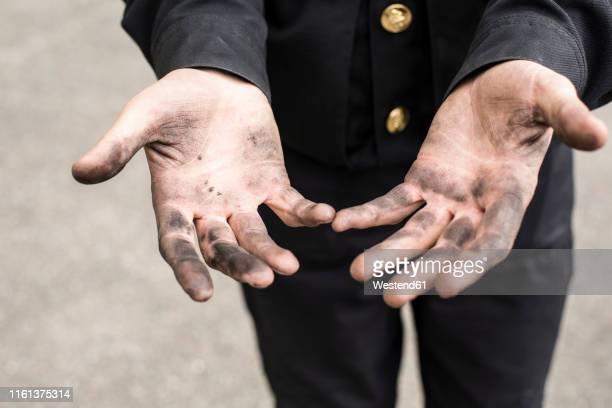 close-up of dirty hands of a chimney sweep - schornsteinfeger stock-fotos und bilder