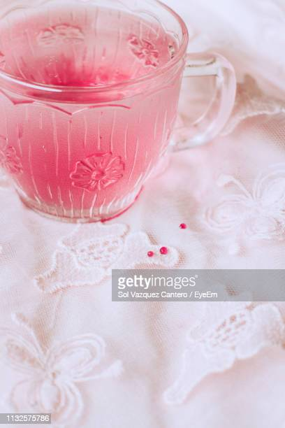 close-up of drink in glass on table - pizzo foto e immagini stock