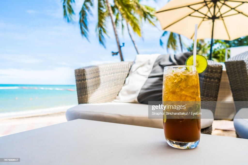 Closeup Of Drink On Table At Beach Stock Foto Getty Images