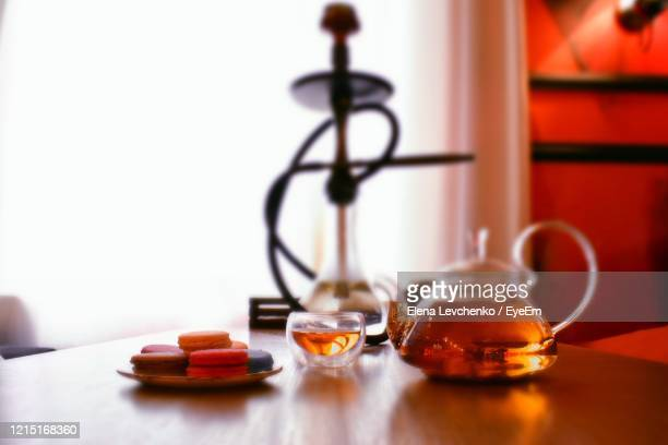 close-up of drinks and hookah served on table - 水キセル ストックフォトと画像