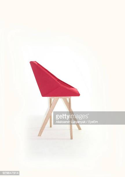 close-up of empty chairs over white background - objet rouge photos et images de collection