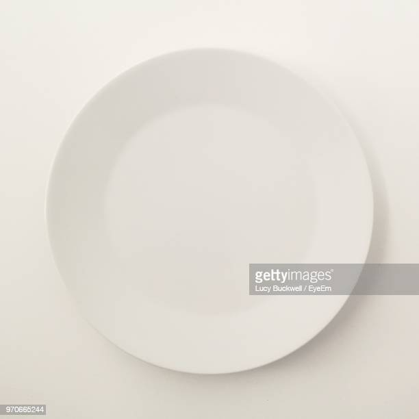 close-up of empty plate on white background - prato - fotografias e filmes do acervo