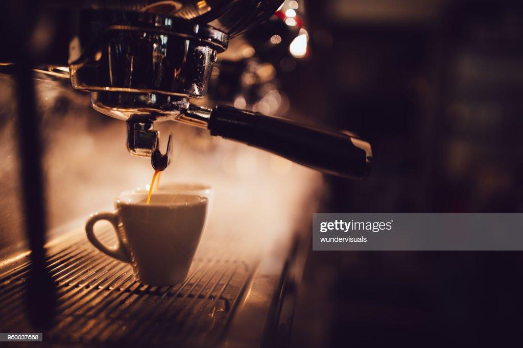 Nahaufnahme der brauen eine Tasse Kaffee Espresso-Maschine : Stock-Foto