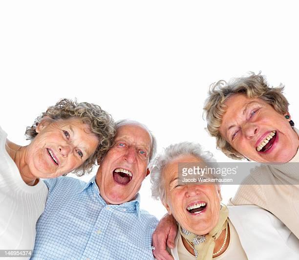Gros plan d'heureux senior homme et femmes