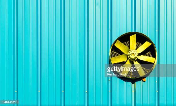 close-up of exhaust fan on wall - afzuigapparaat stockfoto's en -beelden