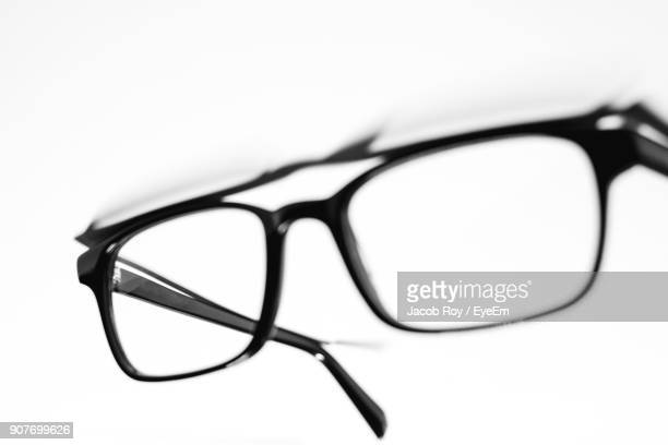 close-up of eyeglasses against white background - thick rimmed spectacles - fotografias e filmes do acervo