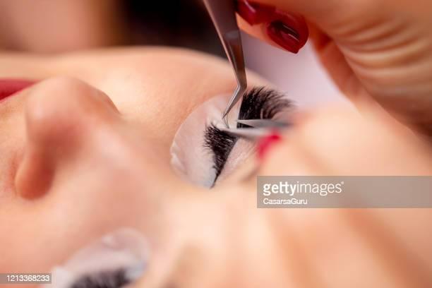 close-up de false eyelash application com pinças - foto de estoque - cílio - fotografias e filmes do acervo