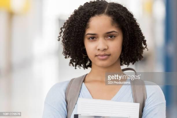 gros plan de lycéen femelles transportant des livres - jeune fille noire photos et images de collection