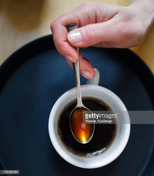 Gros plan de femme café principale avant-goût