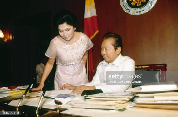 Closeup Of Ferdinand And Imelda Marcos Manille Philippines Janvier 1982 Le président philippin Ferdinand MARCOS à son bureau avec son épouse Imelda