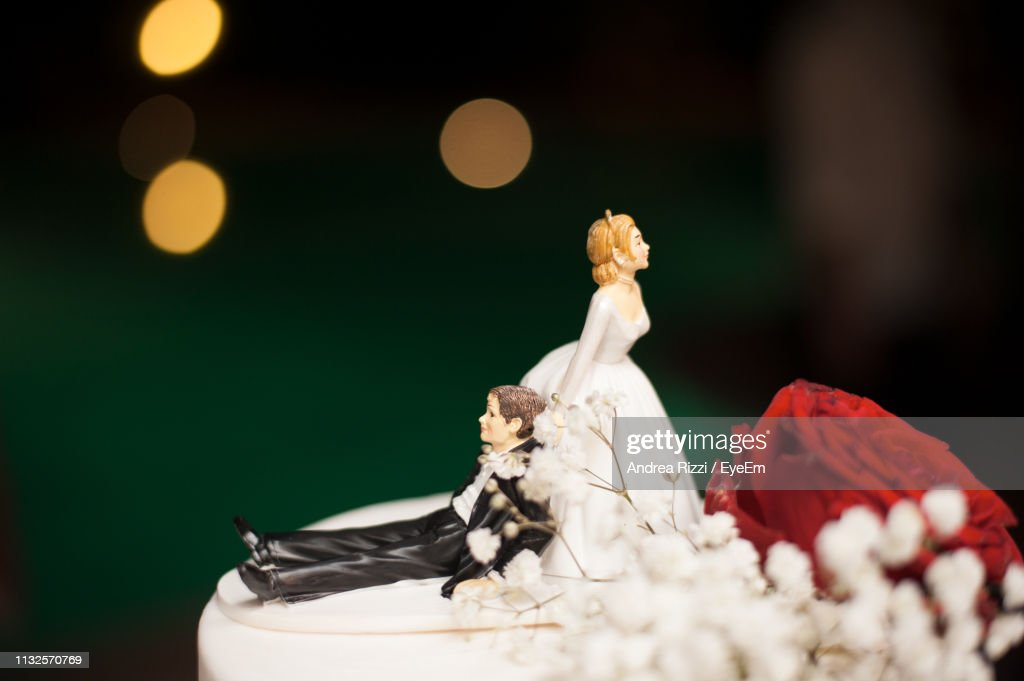 Close-Up Of Figurines On Wedding Cake : Foto stock