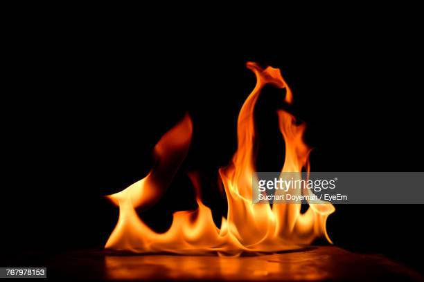 close-up of fire against black background - fogo - fotografias e filmes do acervo