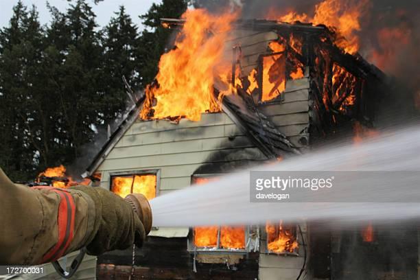 Nahaufnahme von Feuerwehrjacken inspirierte Hose im Haus Feuer schießen Wasser