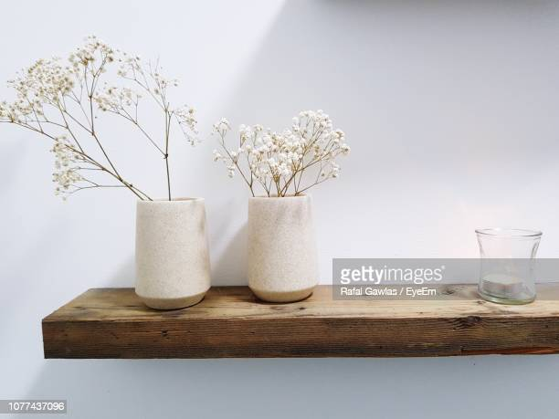 close-up of flowers in vases on shelf - 花瓶 ストックフォトと画像