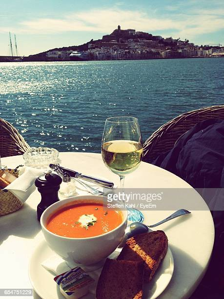 close-up of food in plate against river during sunny day - insel ibiza stock-fotos und bilder