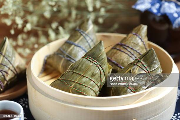 close-up of food wrapped in leaves on table - dragon boat 個照片及圖片檔