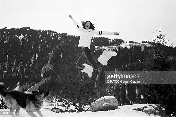 Closeup Of Francoise Macchi En France à Val d'Isère le 28 décembre 1971 Françoise MACCHI la skieuse alpine française saute en l'air les bras tendus...