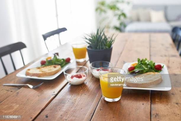 木製テーブルでの新鮮な朝食のクローズアップ - breakfast ストックフォトと画像