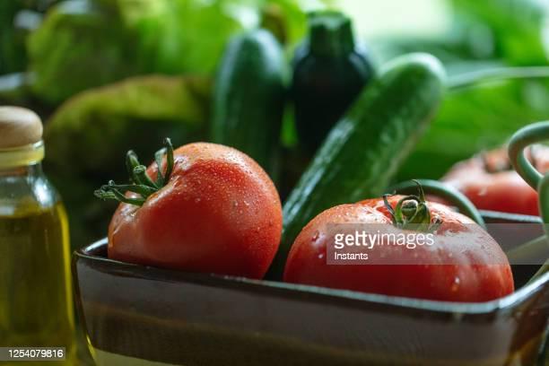 サラダを作るために摘み取ったての庭野菜のクローズアップ。 - 栽培する ストックフォトと画像
