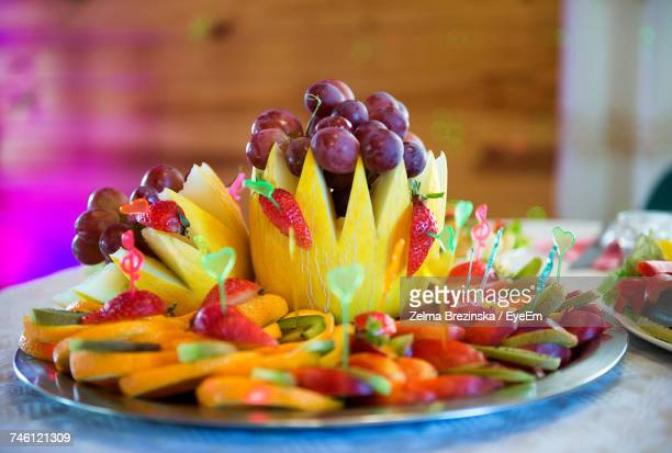close-up of fruit salad served in plate on table - tropische frucht stock-fotos und bilder