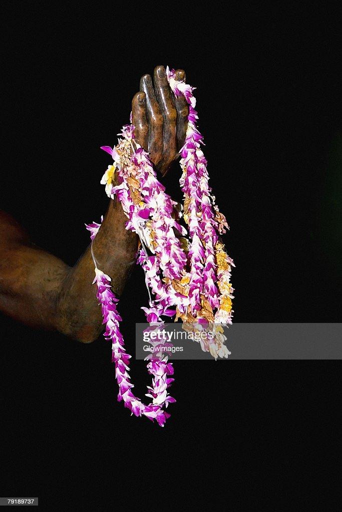 Close-up of garlands on a statue, Duke Kahanamoku Statue, Waikiki Beach, Honolulu, Oahu, Hawaii Islands, USA : Foto de stock
