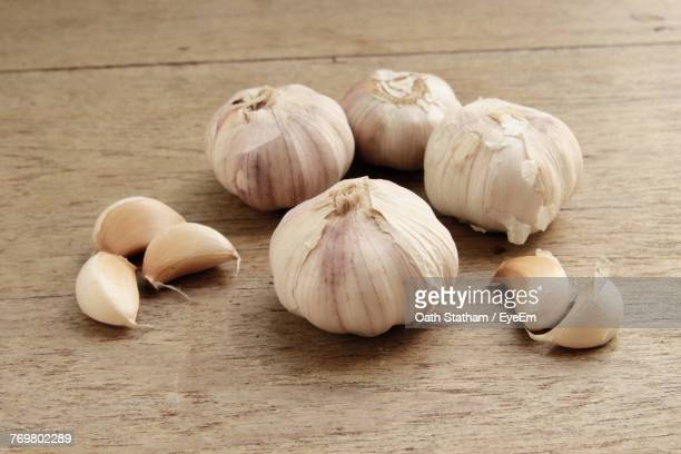 close-up of garlic bulbs on table - garlic clove imagens e fotografias de stock