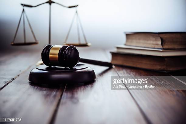 close-up of gavel on table - justice photos et images de collection