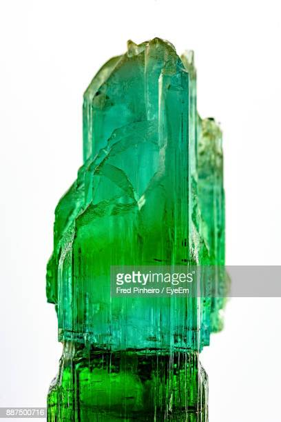 close-up of gemstone over white background - quartzo - fotografias e filmes do acervo
