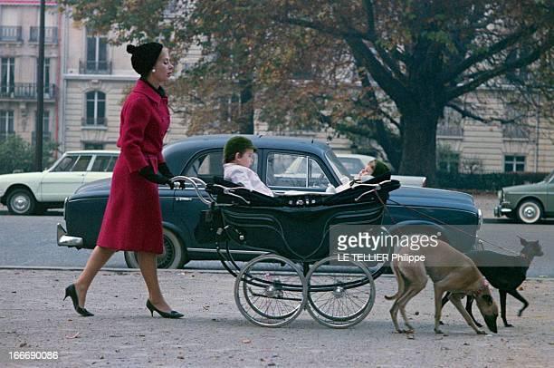 CloseUp Of Genevieve Page Paris 10 octobre 1963 Sur une avenue du XVIe arrondissement Geneviève PAGE de profil portant un manteau rouge et un bonnet...