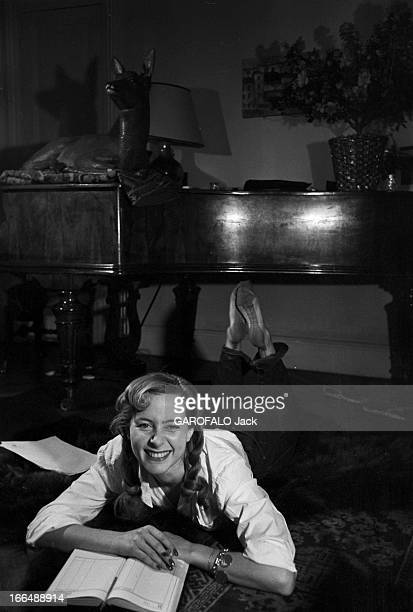 CloseUp Of Genevieve Page Paris Février 1954 Closeup Geneviève PAGE jeune comédienne celleci en pantalon et chemisier blanc posant allongée sur le...