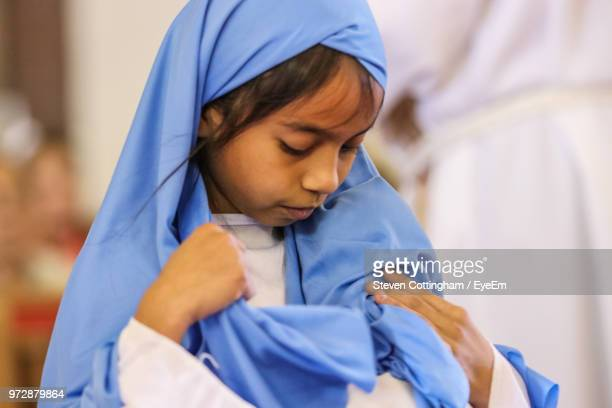 close-up of girl in traditional clothing - steven cottingham stock-fotos und bilder