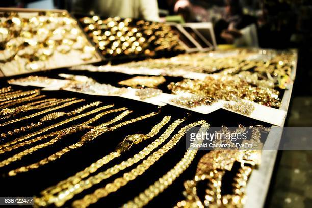 close-up of gold jewelry at store for sale - jewelry stock pictures, royalty-free photos & images
