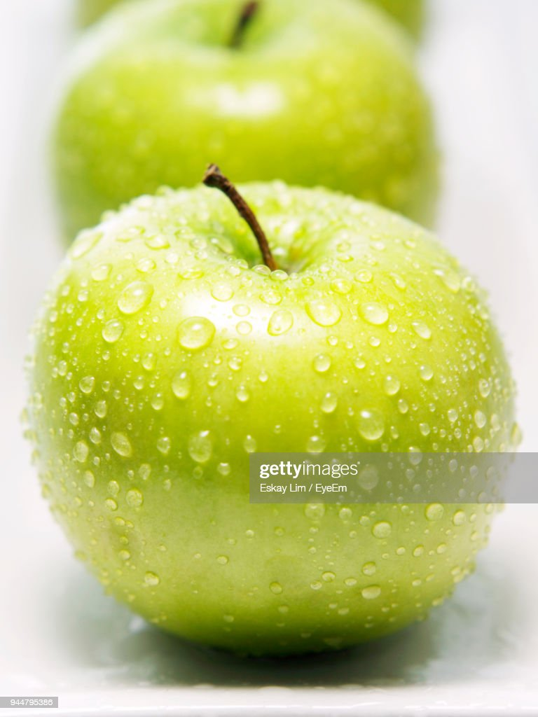 Close-Up Of Granny Smith Apples In Plate : Stock Photo