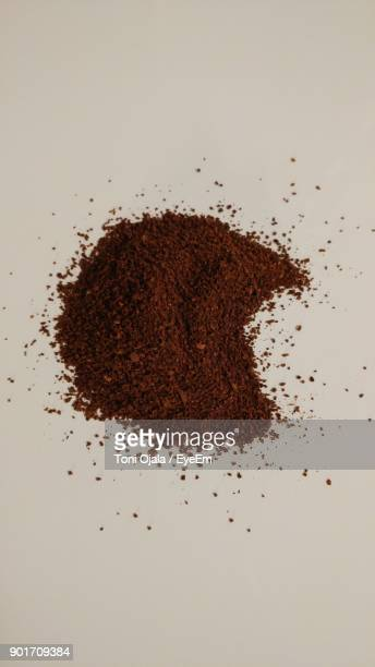 close-up of ground coffee on white background - ground coffee 個照片及圖片檔