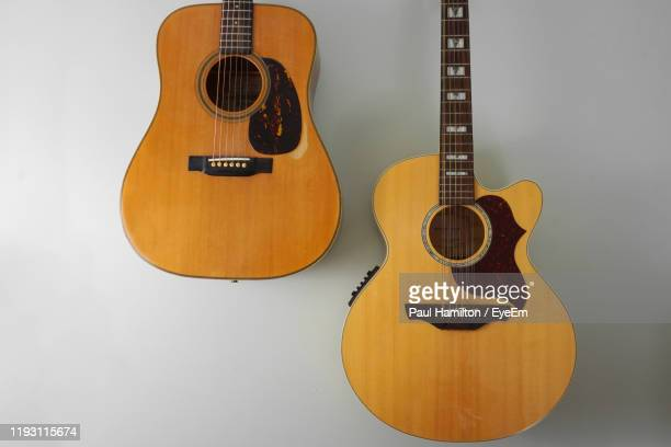 close-up of guitars hanging on wall - hamiltonmusical stockfoto's en -beelden