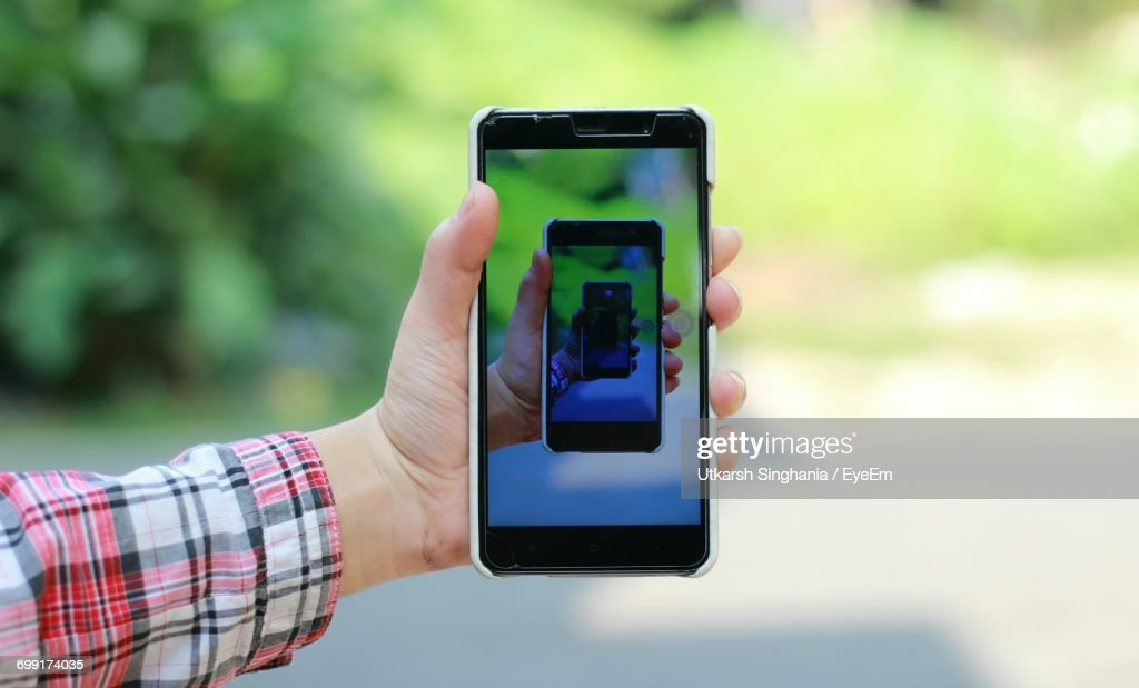 Close-Up Of Hand Holding Smart Phone : Stock-Foto
