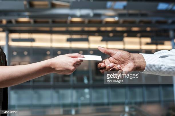 closeup of hands and a credit card transaction taking place. - bestechung stock-fotos und bilder