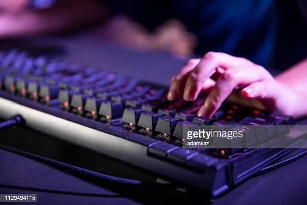 closeup of hands on the keyboard - teclado de computador imagens e fotografias de stock