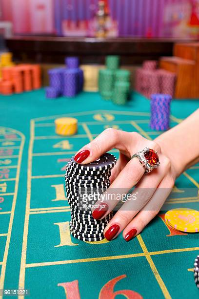 Gros plan de mains femme traitement qu'un grand tas de jeux.