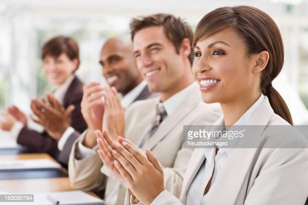Gros plan d'heureux hommes d'affaires Taper dans les mains